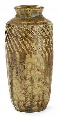 Théo PERROT (1856-1942) Pot à poussière de thé à corps ovoïde animé d'une frise guillochée à la partie supérieure, épaulement marqué...