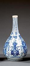 A blue and white vase, China, Ming dynasty, Wanli period. Haut. 27cm / H.10 5/8 in.