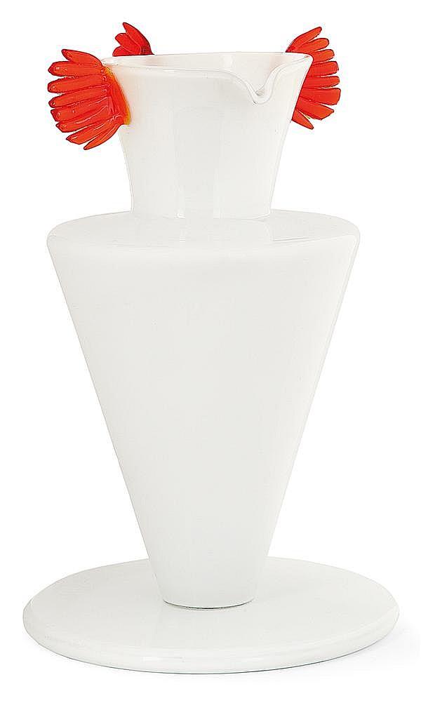 Sergio ASTI (NÉ EN 1926) & VISTOSI (éditeur) Vase en verre opalin blanc, corps zoomorphe reposant sur une large base circulaire, tro...