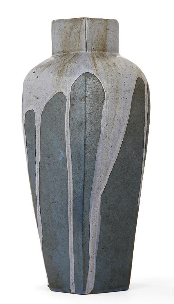 Léon POINTU (1879-1942) Vase ovoïde hexagonal en grès, col à pans coupés, décor de coulures bleues jaspées de brun, fond vert. Signa...