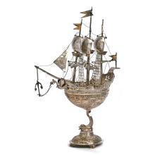 FIN DU XIXE SIÈCLE - USA Nef en argent et vermeil (925), posant sur un piédouche formé d'un dauphin supportant la coque à décor au...