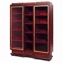 ANNÉES 20 Meuble vitrine, à structure en bois laqué rouge bordeaux et noir, rehauts dorés, terrasse en quart-de-rond sur deux pieds ...