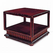 ANNÉES 20 Table basse carrée, à structure en bois laqué rouge bordeaux et noir, rehauts dorés, terrasse quart-de-rond sur quatre pie...