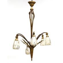 STYLE 1900Lustre à six bras de lumières en laiton doré, ciselé de motifs de feuillages, d''abeilles et de rinceaux, tulipes de forme ...