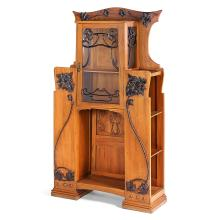 ART NOUVEAU ITALIEN An ash wood display cabinet with brass and stained wood ornaments. Height. 79 3/8 in. - Width. 43 3/4 in .- Depth.