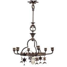 Années 20 Lustre orientaliste à structure en laiton, la couronne centrale ornée de lambrequins maintient latéralement six lumières e...
