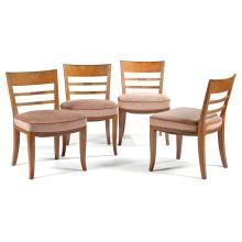 ANNÉES 30 Suite de quatre chauffeuses basses à large assise, structure en chêne, piétement zoomorphe à l''avant et sabre à l''arrière,...