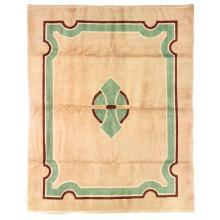 ANNÉES 50 Tapis rectangulaire tissé main, points noués haute laine, décor néo-classique vert et brun sur fond beige