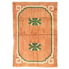 ANNÉES 50 Tapis rectangulaire tissé main, points noués haute laine, décor néo-classique beige et vert serti rouge sur fond vieux ros...