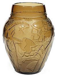 DAUM NANCY Grand vase ovoïde à large ouverture en verre fumé, corps gravé à l'acide de motifs végétaux stylisés et géométriques sur ...