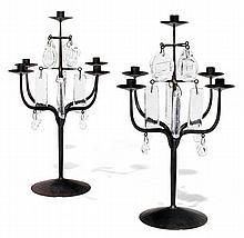 Erik HÖGLUND (1932-1998) & KOSTA (Éditeur) Paire de grands chandeliers à cinq lumières en fer forgé patiné, bras de lumière et fût s...
