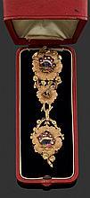 ANONYME VERS 1900 Châtelaine en or rose composée de trois fleurs en or amati (les nervures des pétales en or brillant), reliées ente...