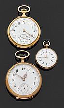 Ensemble comprenant 3 montres de poches en or jaune : - deux montres de poche ANONYMEs DÉBUT XXème siècle Cadrans émail blanc avec i...