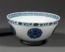 BOL en porcelaine et bleu de cobalt sous couverte, monté sur un petit talon, à panse hémisphérique, à décor, sur la paroi extérieure...