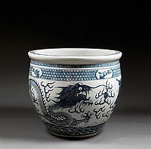 GRAND BASSIN À POISSONS en porcelaine et bleu de cobalt sous couverte, à paroi arrondie et ouverture légèrement évasée, à décor, sur...