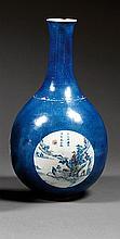 VASE YUHUCHUN en porcelaine, bleu de cobalt et rouge de cuivre sous couverte, monté sur un petit pied, à panse sphérique et long col...