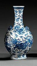 VASE BOUTEILLE en porcelaine et bleu de cobalt sous couverte, monté sur un haut pied élargi, à panse sphérique, épaulement accosté d...