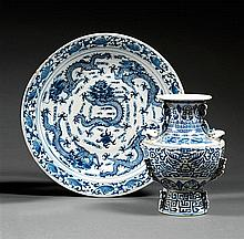 VASE ZUN en porcelaine, bleu de cobalt sous couverte et rehauts de dorure, monté sur un haut pied élargi, à panse hémisphérique, épa...