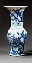 VASE EN QUEUE DE PHÉNIX en porcelaine et bleu de cobalt sous couverte, à base cintrée, haute épaule marquée et haut col large évasé ...