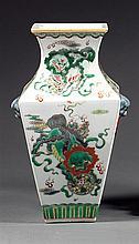 VASE QUADRANGULÉ en porcelaine et émaux polychromes dans le style de la famille verte, à base étroite de section carrée, panse quadr...