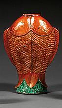 VASE ENGAGÉ en porcelaine, émaux polychromes dans le style de la famille rose et dorure, monté sur un pied élargi décoré de flots éc...