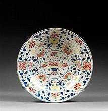 GRAND PLAT en porcelaine, bleu de cobalt sous couverte et émaux polychromes dans le style de la famille rose, monté sur un petit tal...