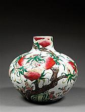GRAND VASE TIANQIUPING en porcelaine et émaux polychromes dans le style de la famille rose, à panse globulaire et petit col cylindri...