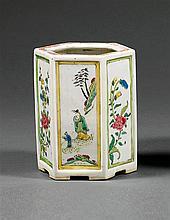 POT À PINCEAUX en porcelaine et émaux polychromes de la famille rose, à panse hexagonale, à décor d'une alternance de compartiments ...