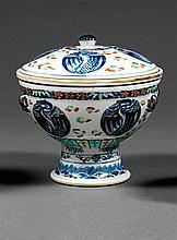 COUPE COUVERTE en porcelaine, bleu de cobalt sous couverte, émaux polychromes, dits