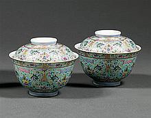 PAIRE DE BOLS COUVERTS en porcelaine, émaux polychromes dans le style de la famille rose et dorure, montés sur un petit talon, à par...