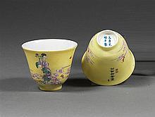 SUITE DE DEUX BOLS en porcelaine, émaux polychromes dans le style de la famille rose sur fond monochrome jaune et dorure, montés sur...