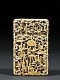 GRAND PORTE-CARTES en ivoire, à riche décor tapissant sculpté en méplat d'un paysage animé de nombreux personnages, construit de pav...