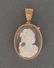 Pendentif camée calcédoine Il est orné d'un camée ovale sur calcédoine à deux couches à portrait de femme de profil portant un diadè...