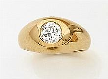 Bague chevalière en or jaune uni ornée au centre d'un diamant taille brillant. Poids brut : 11,6 gr. Poids du diamant : 1 carat envi...