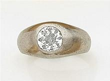 Bague chevalière Elle est ornée d'un diamant taille brillant (TA) en serti clos. Monture en platine. Travail français des années 193...