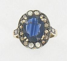 Bague saphir entourage Elle est ornée d'un saphir ovale dans un entourage de diamants taillés en rose de tons cognac et blanc. Montu...