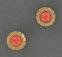 Paire de clips d'oreilles corail Ils sont ornés d'un cabochon de corail orangé dans un décor de fleur de tourneseol. Monture en or j...