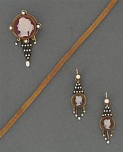 Parure camées Elle se compose d'une broche et d'une paire de pendants d'oreilles ornés chacun d'un camée rond sur cornaline à profil...