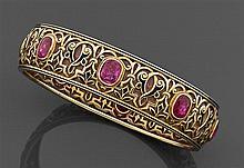 Marcus Années 1890 Rare bracelet rigide en or émaillé en résille de couleur rose et souligné d'arabesques noires