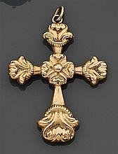 Lot de trois croix en or à décor repoussé de fleurs, rosaces et palmettes