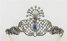 Petit diadème à décor de volutes et treillages sertis de petits diamants taille brillant (TA) et de diamants taillés en rose