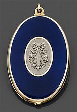 Attribué à CartierAnnées 1910 Miroir de poche de forme ovale en or jaune émaillé bleu à fond rayonnant et entourage d'un filet blanc