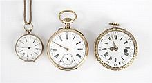ENSEMBLE DE 3 MONTRES DE POCHE EN OR JAUNE : -Une sans mouvement, servant de poudrier Diam : 47 mm -Une petite montre de col avec cl...