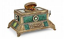 ANONYME BOITE A OISEAU CHANTEUR A singing bird box in enamel and silver gilded.