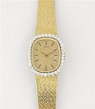 LONGINES ANNEES 60 Montre de dame en or jaune avec boîtier ovale et lunette sertie de diamants. Cadran en or jaune satiné avec index...