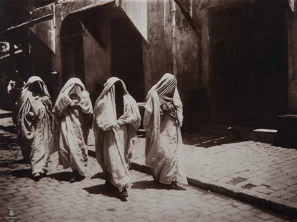 "Rudolf Lehnert (1878-1948) et Ernst Landrock (1878-1966) Femmes voilées?, 1910 Épreuve argentique, légendée ""Lehnert & Landrock, pho..."