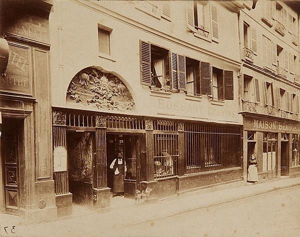 Eugène Atget (1857-1927) Cabaret du « soleil d'or », 84, rue Saint sauveur, Paris (IIe), 1899 Épreuve albuminée, négatif verre, numé...
