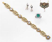 Bracelet pierres de lune Il est formé de cinq maillons rectangulaires en or jaune ciselé de fleurettes et filets rubannés séparés pa...