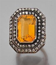Bague citrine en or jaune et argent, de forme rectangulaire. Double entourage de diamants taillés en rose. Poids brut : 14,3 gr. (re...