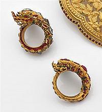 Deux bagues dragons en or jaune finement émaillé et rehaussées de quartz et de pierres rouges. Travail chinois. Poids brut : 41,5 gr...